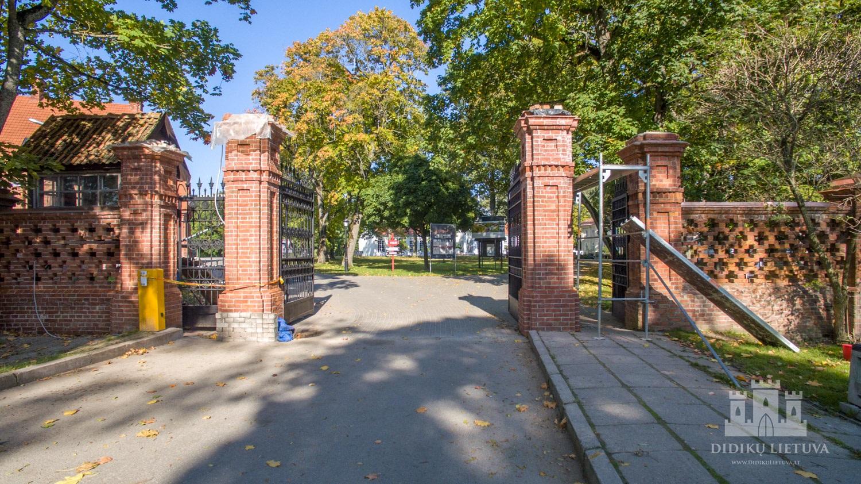 Raudondvario dvaro tvora su vartais
