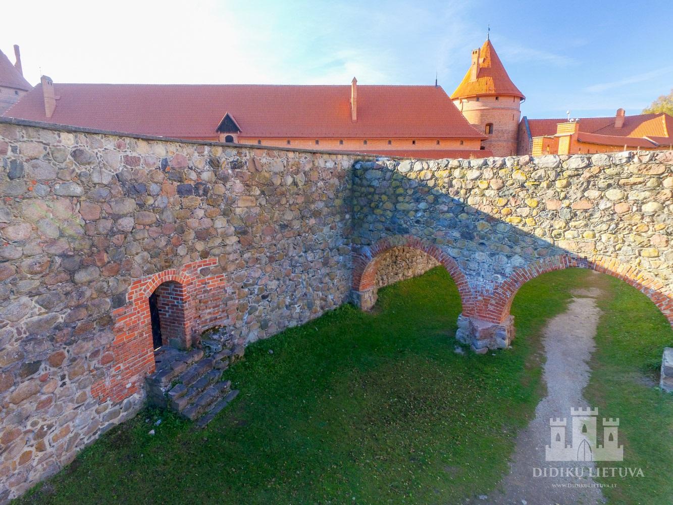 Priešpilio gynybinės sienos liekanos statytos gynybinės paskirties pastatas