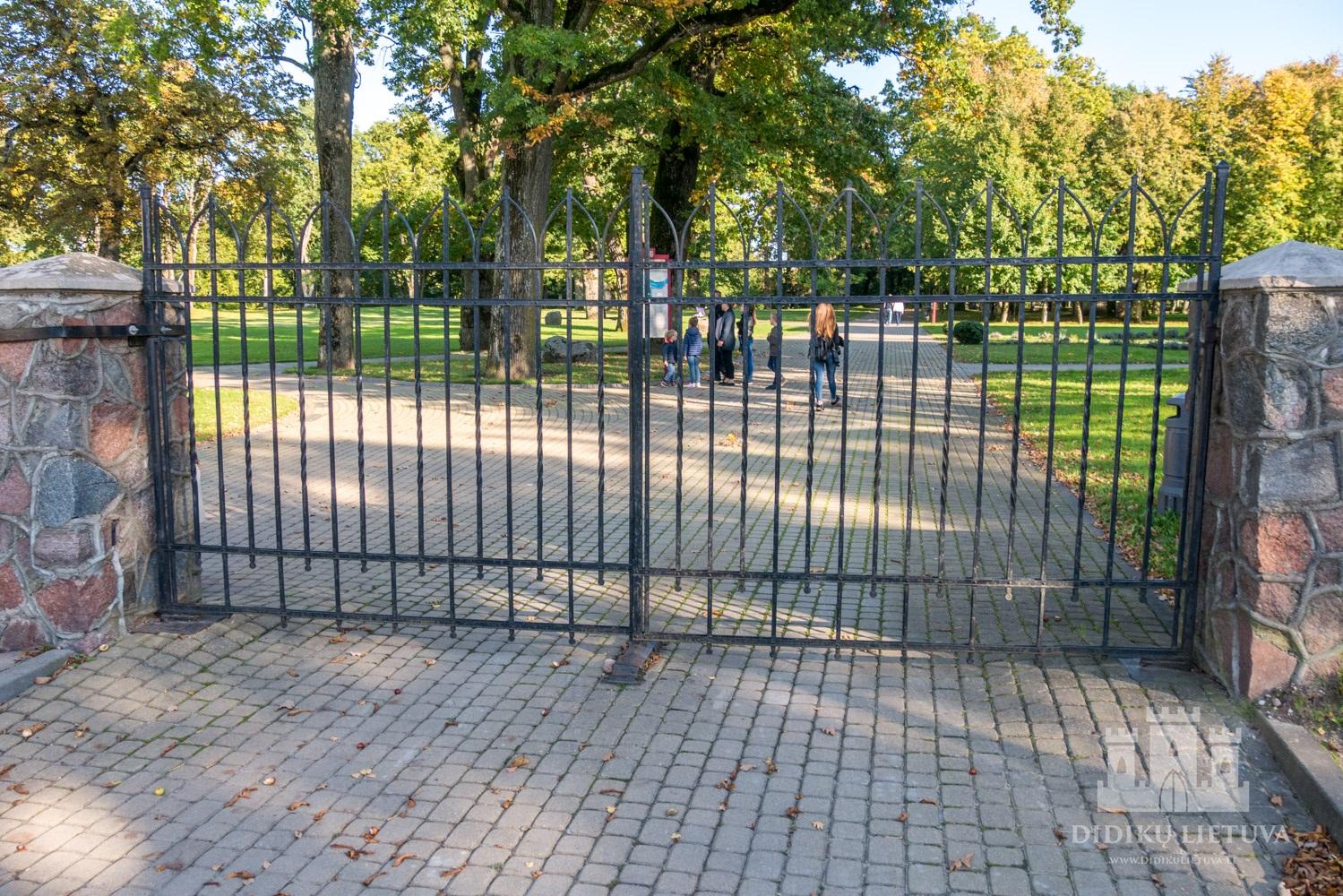 Kretingos dvaro sodybos tvora su vartais