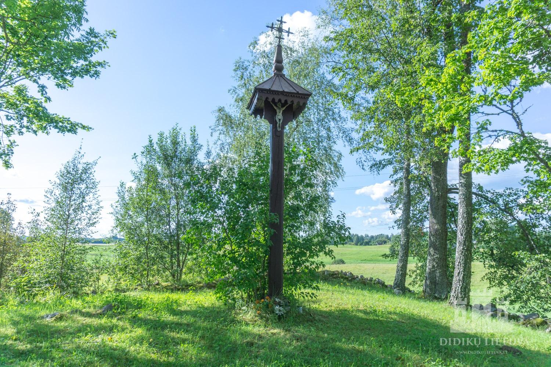 Stogastulpis su ornamentuotu kryželiu