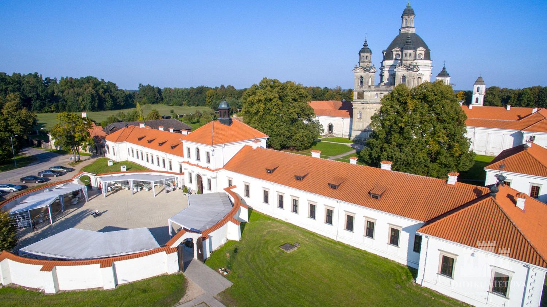 Pažaislio kamaldulių vienuolyno ansamblio svečių namas su Šventaisiais vartais